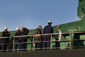 El ingeniero Dodds junto a la tripulación del buque Sider Atlantic.