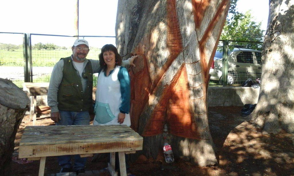 Tallan un gran árbol seco por el Centenario de la Escuela 10