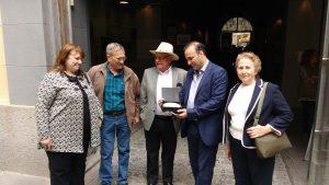 La concejal Carzolio y Roberto Reichman junto al vicepresidente del Museo, Ernesto Elfan; el presidente Gustavo Mehadeb Sakkal y Mónica Dawidomicz, sobreviviente del campo de extermino Auschwitz-Birkemau.