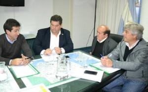 Funcionarios de la comuna junto al ministro de Infraestructura Edgardo Cenzón, en un reciente encuentro en el que se definió el volumen de la partida para Berisso.