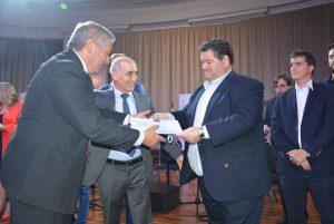 El ex-intendente Carlos Nazar, electo en 1983, recibe un reconocimiento.