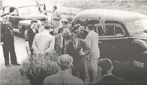 Llegada de Eva Perón a la ex-Escuela 52 (hoy N°1), ubicada en Av. Montevideo 335 de Berisso (Colección de Luis Guruciaga - Museo 1871 de Berisso).