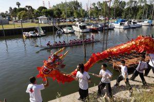 Dragones Rosas en el club Nautico de Berisso nueva embarcacion para remar // Foto Seba Casali