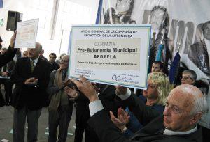 Año 2007. El Dr. Héctor Fabris, redactor del Manifiesto que inspiró el movimiento autonomista, en la celebración del 50º Aniversario de aquel hito.
