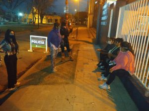 Integrantes de la ONG Decir Basta el martes a la tarde en la comisaría de Villa Argüello, acompañando a la víctima en el pedido de protección.