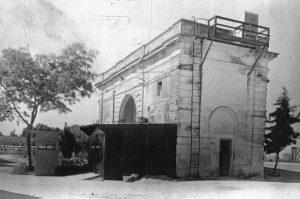 Balanza de los saladeros, construida en 1885. La imagen fue tomada en 1947, cuando las instalaciones eran utilizadas por la Cía. Swift como oficinas y depósito (Foto de la colección del Museo 1871 de Berisso)
